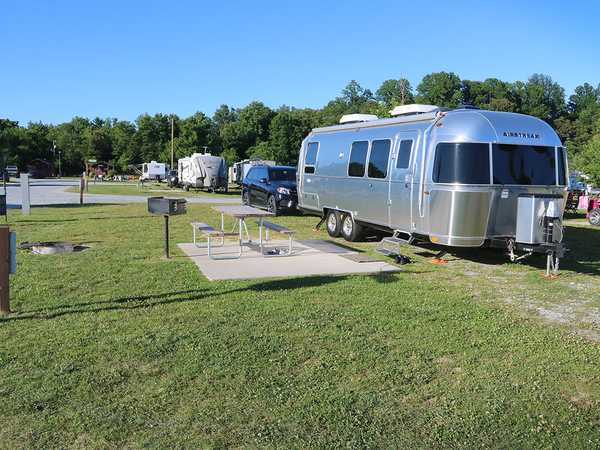 Deluxe Pull-Thru FHU RV Site
